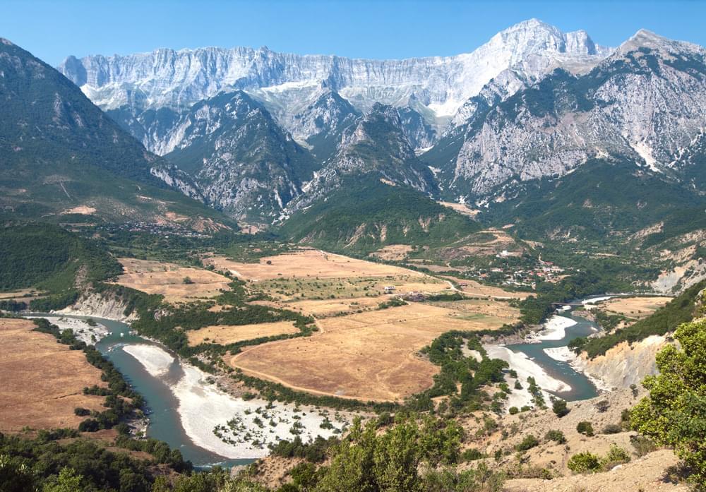 Lazarat Albanien kultivierung ilegal cannabis riesige extensions verkehrsfelder marihuana mafia